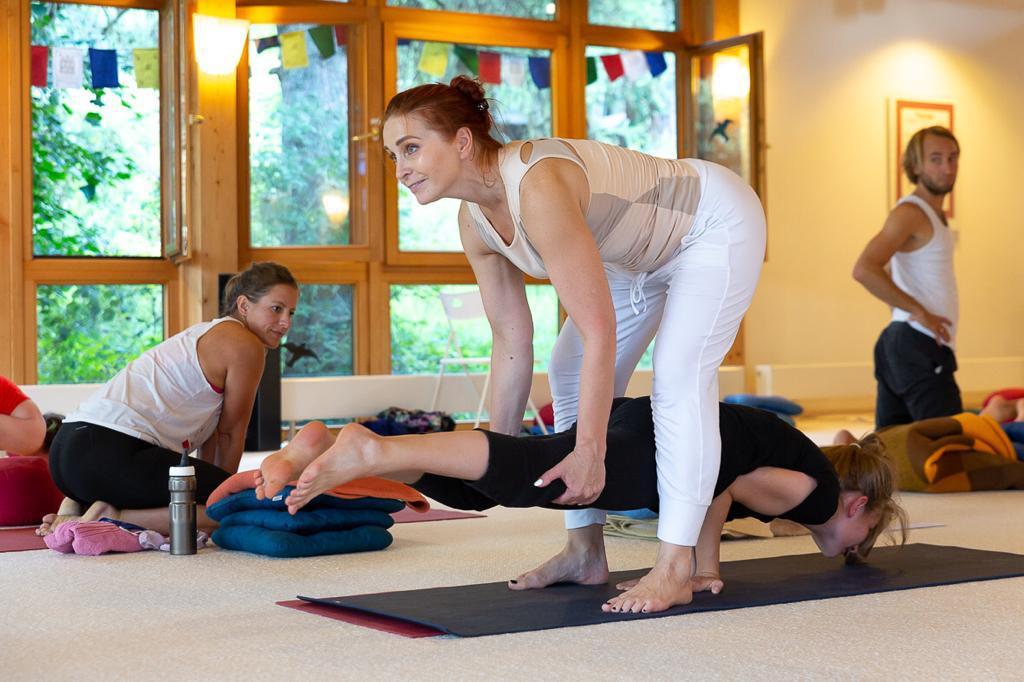 Immer gerne helfen wir vom Santosha Yogastudios eure Asanas zu verbessern